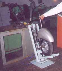 Rig for automatic lifting of tyre , fender and fork assembly